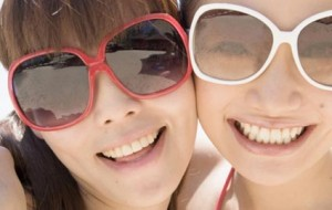 young-women-wearing-sunglasses425wy071709
